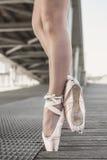 从芭蕾舞女演员的两只脚 免版税库存图片