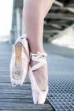 从芭蕾舞女演员的两只脚 库存照片