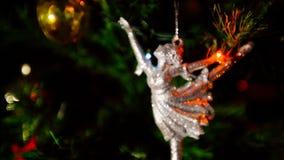 以芭蕾舞女演员的形式,照相机调整焦点和被固定对圣诞节形象 股票录像