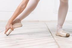 年轻芭蕾舞女演员的特写镜头腿 免版税库存照片