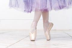年轻芭蕾舞女演员的特写镜头腿 免版税库存图片