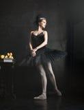 芭蕾舞女演员的画象芭蕾tatu的在黑色 库存照片