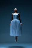 芭蕾舞女演员的画象蓝色背景的 免版税库存照片