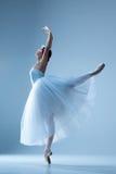 芭蕾舞女演员的画象蓝色背景的 库存照片