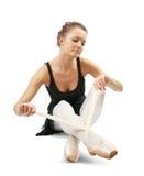芭蕾舞女演员穿戴的pointes 免版税库存照片