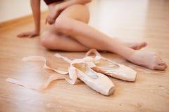 芭蕾舞女演员脚和pointe鞋子 免版税库存图片