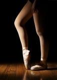 芭蕾舞女演员腿做准备 免版税库存图片
