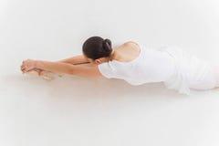 芭蕾舞女演员舒展 免版税图库摄影