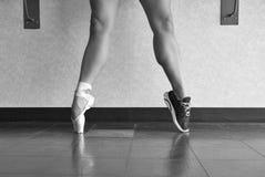 芭蕾舞女演员舞蹈家和运动员的黑白版本 免版税库存图片