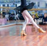 芭蕾舞女演员舞蹈家鞋子 免版税库存图片