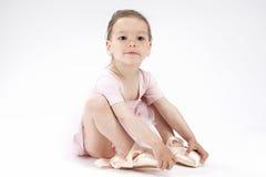 芭蕾舞女演员衣物的微笑的正面逗人喜爱的白种人女孩 佩带的微型脚趾 库存图片