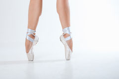 年轻芭蕾舞女演员跳舞、特写镜头在腿和鞋子 免版税库存照片