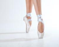 年轻芭蕾舞女演员跳舞、特写镜头在腿和鞋子 免版税库存图片