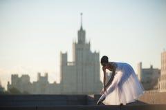 芭蕾舞女演员跳舞在莫斯科的中心 免版税库存照片