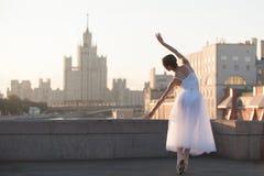 芭蕾舞女演员跳舞在莫斯科的中心 免版税库存图片