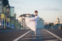 芭蕾舞女演员跳舞在莫斯科的中心 库存照片