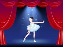 芭蕾舞女演员跳舞在阶段 免版税图库摄影