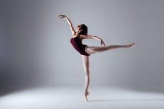 芭蕾舞女演员跳舞在黑暗中 库存照片