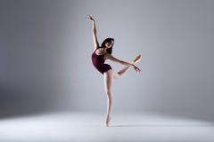 芭蕾舞女演员跳舞在黑暗中 免版税库存图片