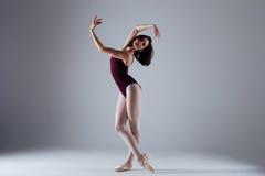 芭蕾舞女演员跳舞在黑暗中 库存图片