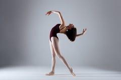 芭蕾舞女演员跳舞在黑暗中 免版税图库摄影