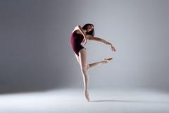 芭蕾舞女演员跳舞在黑暗中 图库摄影