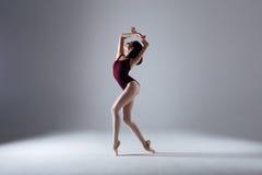 芭蕾舞女演员跳舞在黑暗中 免版税库存照片