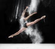芭蕾舞女演员跳舞用面粉,跃迁 库存照片
