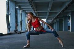芭蕾舞女演员跳舞 街道表现 库存图片
