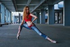 芭蕾舞女演员跳舞 街道表现 免版税库存照片