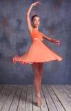 年轻芭蕾舞女演员跳舞 免版税库存图片