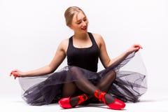 年轻芭蕾舞女演员跳芭蕾舞者画象坐地板 库存图片