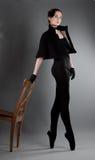 芭蕾舞女演员近椅子执行执行 免版税库存图片