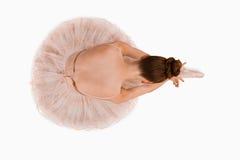 芭蕾舞女演员顶上的坐的查阅 免版税库存图片