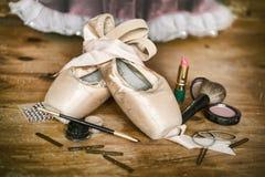 芭蕾舞女演员Pointe鞋子和构成 免版税图库摄影