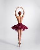 芭蕾舞短裙的一位年轻露胸部的芭蕾舞女演员 免版税图库摄影