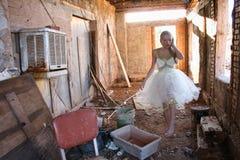 芭蕾舞短裙的妇女走在瓦砾的 免版税库存图片
