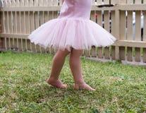 芭蕾舞短裙的小孩女孩在草 免版税库存照片