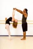 芭蕾舞蹈成为双人舞的伙伴 免版税库存图片