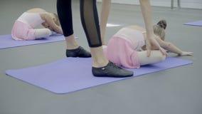 芭蕾辅导员是在与两个女孩的类在芭蕾演播室 股票录像