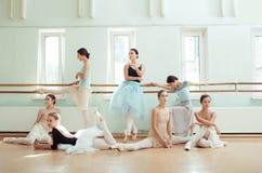 芭蕾酒吧的七位芭蕾舞女演员 图库摄影