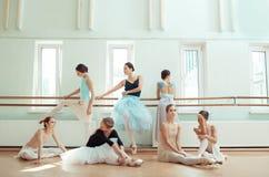 芭蕾酒吧的七位芭蕾舞女演员 库存图片