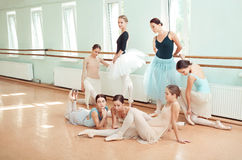 芭蕾酒吧的七位芭蕾舞女演员 免版税图库摄影