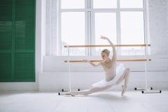 芭蕾类的年轻芭蕾舞女演员 库存照片
