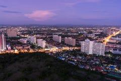 从芭达亚公园塔的看法能看到芭达亚市在黄昏 库存照片