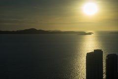 从芭达亚公园塔的鸟瞰图能看到美好的日落 免版税库存图片