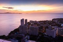 从芭达亚公园塔的鸟瞰图能看到美好的日落 免版税库存照片