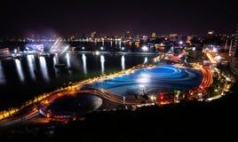 芭达亚市口岸和街市在从Pratumnak观点的晚上 免版税库存图片