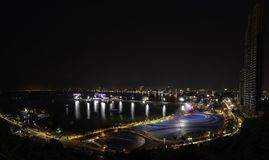 芭达亚市口岸和街市在从Pratumnak观点的晚上 免版税图库摄影