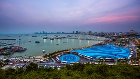 芭达亚市泰国Pratumnak观点港和街市在微明 免版税图库摄影